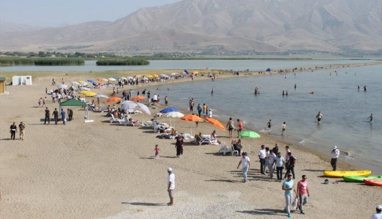 Van'ın Edremit Belediyesi tarafından Van Gölü kıyısında oluşturulan halk plajın